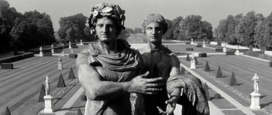 2014.11. Resnais, Alain - El año pasado en Marienbad - estatuas 2