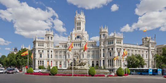 """Palacio de Comunicaciones (también conocido como """"edificio de Correos"""") y actual sede del Ayuntamiento de Madrid. Foto de Carlos Delgado (wikipedia)."""