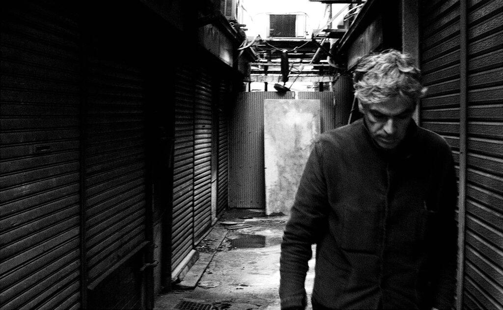 El cineasta Pedro Costa en un rodaje. Imagen de Valerie Massadian.