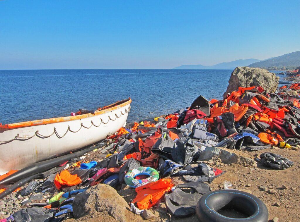 Imagen de chalecos abandonados por refugiados en las costas de Lesbos que sirve para ilustrar el post: Exilio, olvido y desengaño. Algunas figuras del fracaso