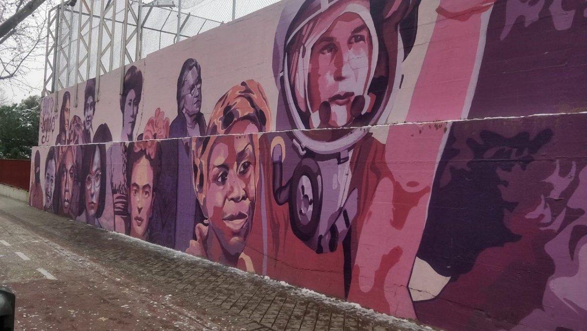 """El mural de Ciudad Lineal en el que reza el lema """"Tus capacidades no dependen de tu género""""."""