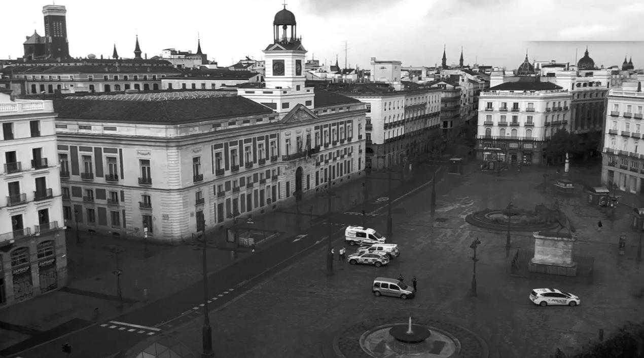 """La Puerta del Sol en pleno confinamiento ilustra este debate """"Miedo y asco en la nueva normalidad"""""""