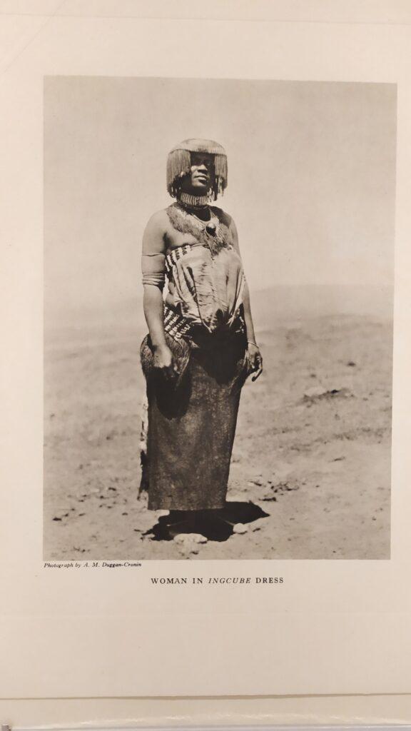 Traje típico de las mujeres en las fiestas de la cosecha de los bhaca.