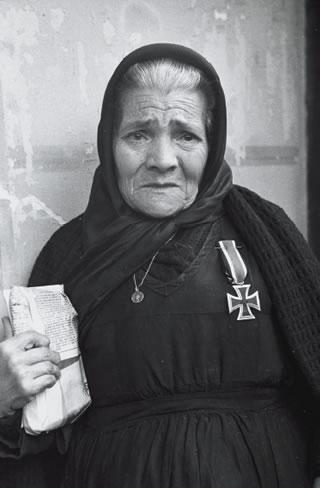 Aurora Borja, condecorada con la Cruz de Hierro concedida a su hijo Nemesio García, miembro de la División Azul, muerto en el frente soviético