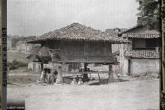 Espagne, Oviedo, Un vieux horreo du Pays Asturin à 4 pans pour les céréales (maïs surtout)