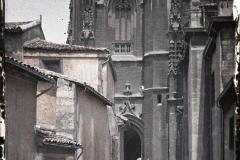 Espagne, Oviedo, Le bas de la tour de la Cathédrale et le porche vu de côté.