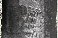 Espagne, Près Oviedo, Un des Chapiteaux du porche et le haut d'une des colonnes de Sta Maria de N.