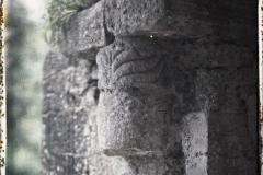 Espagne, Près Oviedo, Une des plus vieilles têtes de colonne du porche sans chapiteau à Sta Maria de N.
