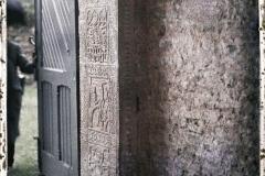 Espagne, Près Oviedo, San Miguel de Lillo, le montant gauche de la porte pris jusqu'en bas.