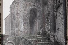 Espagne, Près Oviedo, Le petit porche et les 2 escaliers de Sta Maria de Noranco (IX eme S.)
