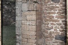 Espagne, Près Oviedo, Le bas des cannelures des Contrefords de S. Miguel de Lillo (IX eme S.)