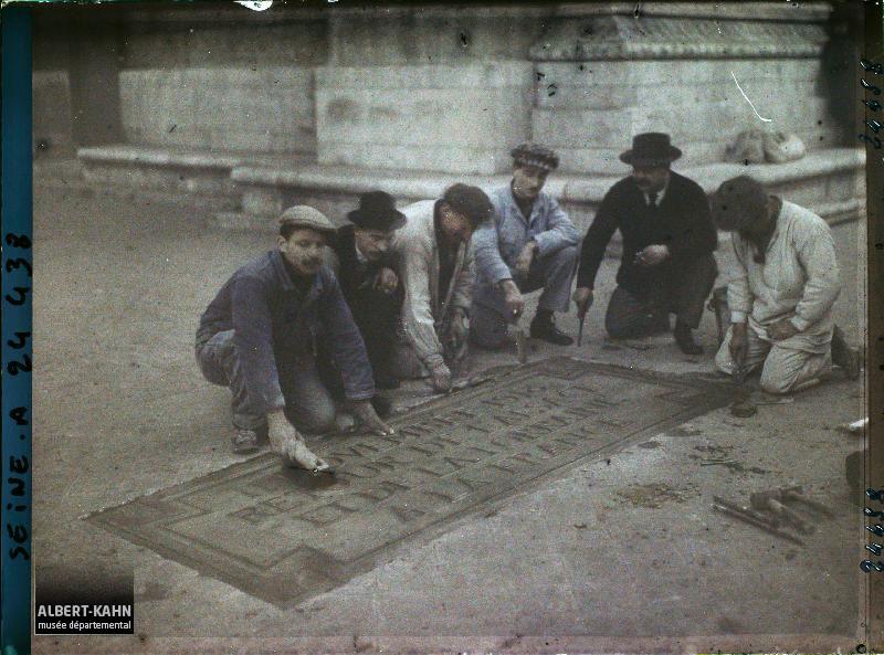 France, Paris, Fête du Cinquantenaire de la R.F. - Ouvriers posant l'une des dalles