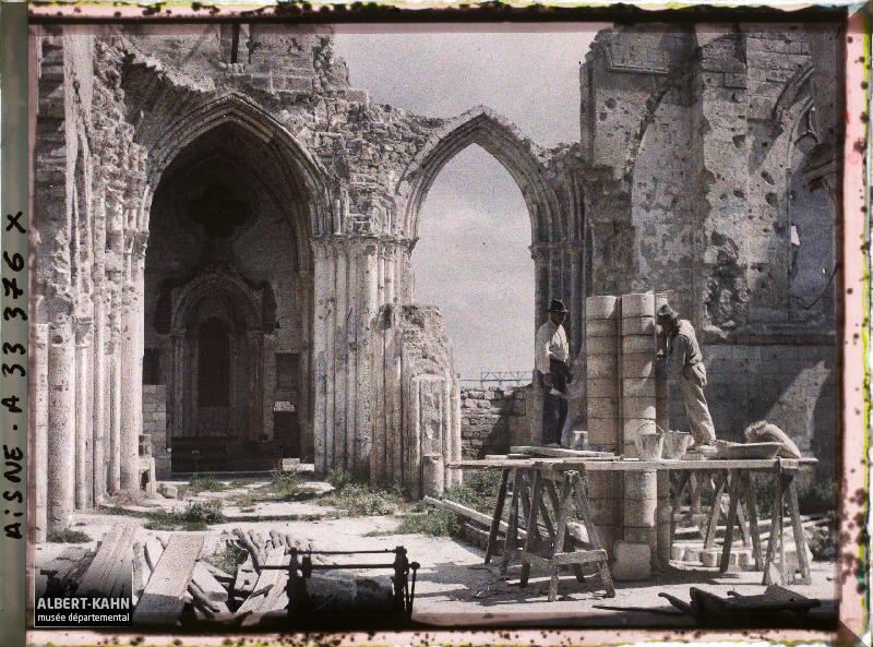 France, Vailly, Restauration de l'Eglise : Ouvriers italiens au travail