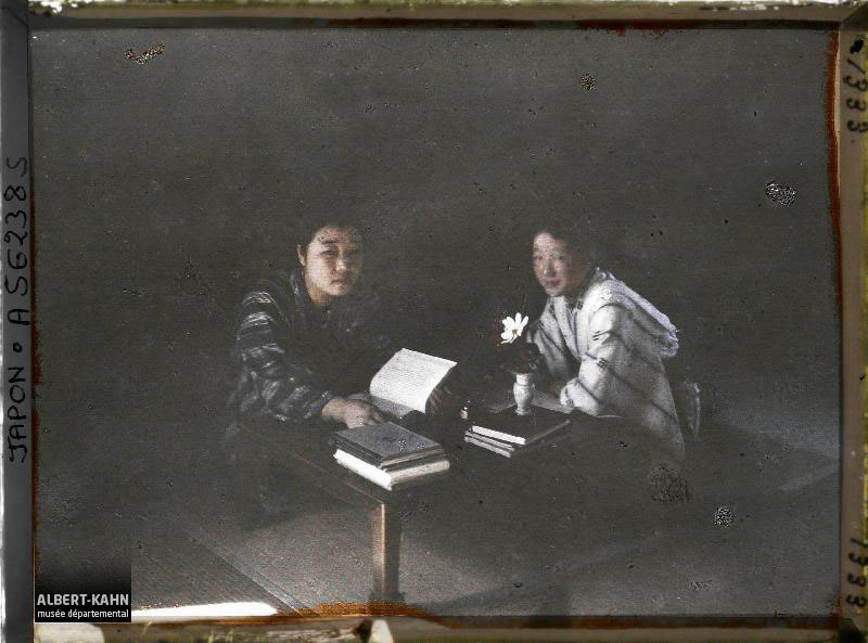 Japon, Matsumoto, Deux étudiantes à leur table de travail, type de campagne