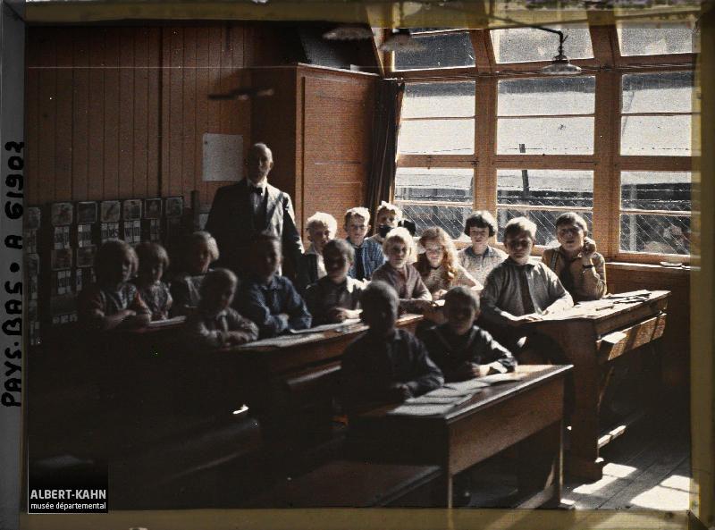 Hollande, Volendam, L'Ecole Protestante (260 protestants et 2500 Catholiques peuplent le village)