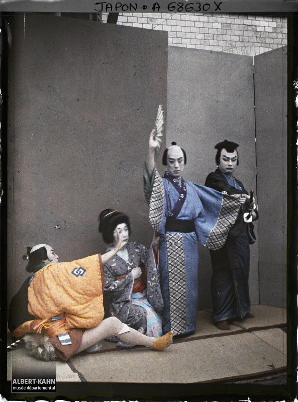 Théâtre Kabuki, quatre acteurs en costume, Tôkyô, Japon, mai 1927, (Autochrome, 12 x 9 cm), Roger Dumas, Département des Hauts-de-Seine, musée Albert-Kahn, Archives de la Planète, A 68 630 X