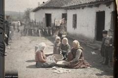 Serbie, Krouchewatz Environs, Sur la route de Krouchewatz, femmes égrenant le maïs (dernières maisons)