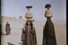 Egypte, Edfou, Femmes venant de puiser de l'eau dans le Nil
