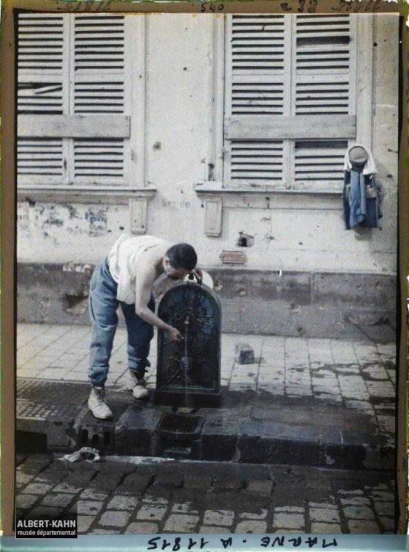 France, Reims, Un soldat se débarbouille rue Cerès