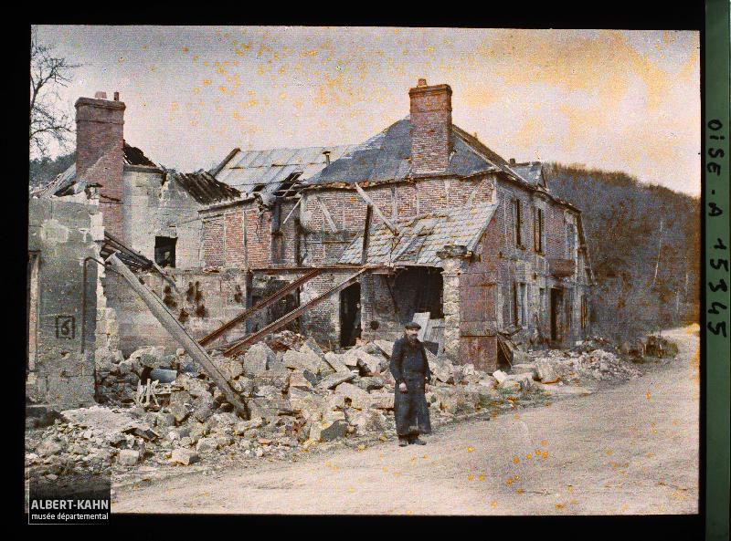 France, Elincourt Ste Marguerite, Guerre Mr Censier devant les ruines de sa Maison