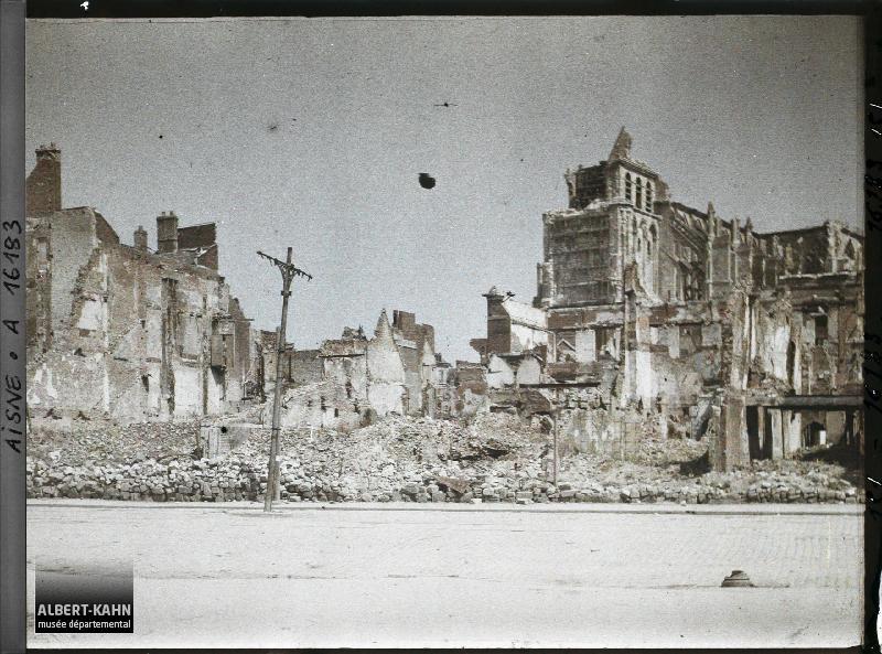 France, St Quentin, La Grande Place, Ruines et l'Eglise