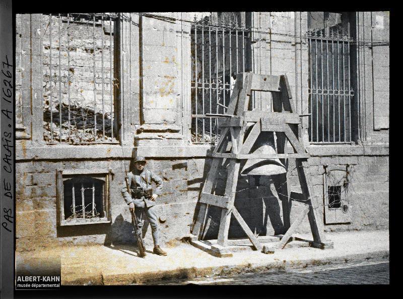 France, Arras, La Cloche pour l'alarme et un poilu devant la Séminaire rue Baudimont