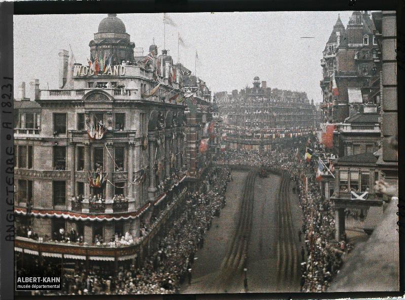 Angleterre, Londres, Panorama s/Kmgdsbridge pendant le défilé des troupes alliées