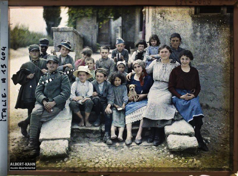 Italie, Vicence, Groupe d'enfants et de soldats italiens
