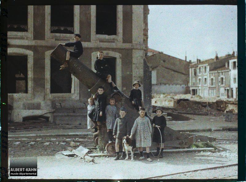France, St Mihiel, Fort du Camp des Romains : Un canon s/la place avec des enfants