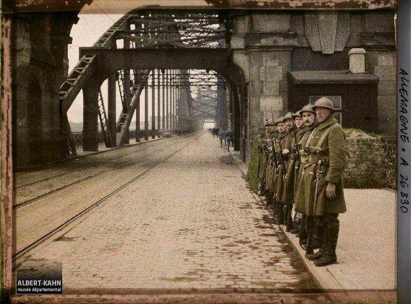 Allemagne, Düsseldorf, Occupation Française Soldats Belges prenant leur Service s/ le Pont