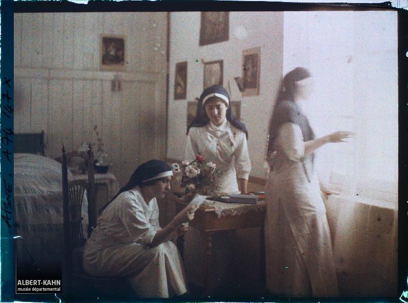 Trois infirmières de l'hôpital militaire installé au château de Vauxbin, dont Madame Andrieu (?), durant un moment de détente, Soissons, Aisne, France (?), juin 1917 (?), (Autochrome, 9 x 12 cm), Fernand Cuville (?), Département des Hauts-de-Seine, musée Albert-Kahn, Archives de la Planète, A 74 147