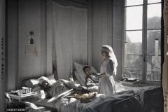 France, Moreuil, Intérieur d'ambulance avec grands blessés, Mmes Louis & Egot infirmières