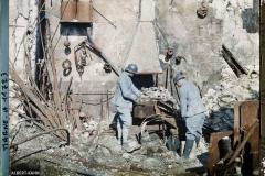 France, Reims, Soldat du Génie travaillant dans une forge détruite