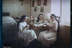 Trois infirmières de l'hôpital militaire installé au château de Vauxbin, dont Madame Andrieu (?), durant un moment de détente, Soissons, Aisne, France (?), juin 1917 (?), (Autochrome, 9 x 12 cm), Fernand Cuville (?), Département des Hauts-de-Seine, musée Albert-Kahn, Archives de la Planète, A 74 149