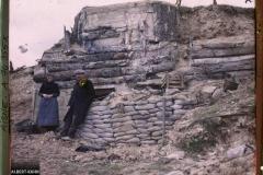 Un couple prend la pose devant un bunker recouvert de tronc d'arbres, Chemin des Dames, Aisne, France, Sans date, (Autochrome, 9 x 12 cm), opérateur non mentionné, Département des Hauts-de-Seine, musée Albert-Kahn, Archives de la Planète, A 74 355