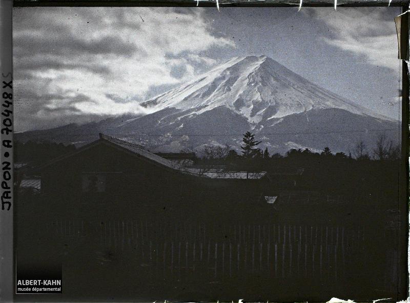 Le Mont Fuji (Fuji-san), Fuji-Yoshida, Japon, hiver 1926-1927, (Autochrome, 9 x 12 cm), Roger Dumas, Département des Hauts-de-Seine, musée Albert-Kahn, Archives de la Planète, A 70 448 XS