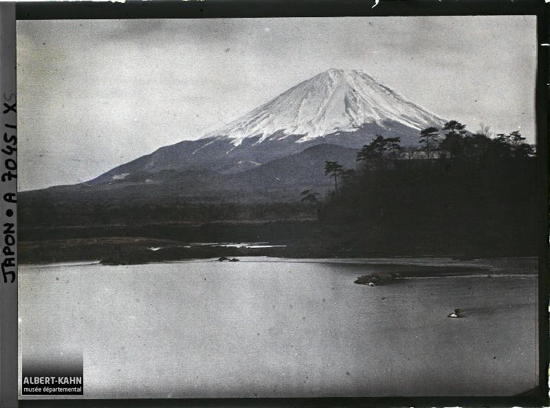 Le Mont Fuji (Fuji-san) vu du lac Shôji (Shôji-ko), Environs de Fuji-Yoshida, Japon, hiver 1926-1927, (Autochrome, 9 x 12 cm), Roger Dumas, Département des Hauts-de-Seine, musée Albert-Kahn, Archives de la Planète, A 70 451 XS