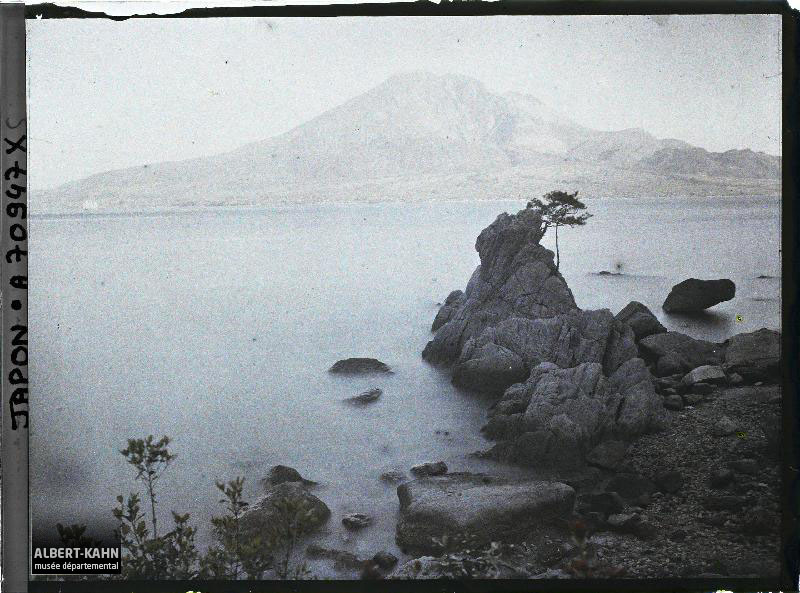 Sakurajima et bord de mer, Environs de Kagoshima, Japon, printemps 1927, (Autochrome, 9 x 12 cm), Roger Dumas, Département des Hauts-de-Seine, musée Albert-Kahn, Archives de la Planète, A 70 947 S