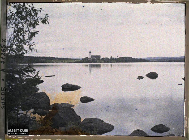 Lac de Svärdjö et église éponyme, Entre Gävle et Falun, Suède, 25 août 1910, (Autochrome, 9 x 12 cm), Auguste Léon, Département des Hauts-de-Seine, musée Albert-Kahn, Archives de la Planète, A 71 265 X