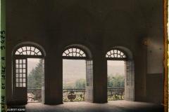 France, Cluny L'Abbaye, 1er Etage du Palais Abbatial les 3 baies avec leur balcon en fer forgé (de «frère Placide» ) et paysage avec maisons