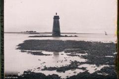 France, La Rochelle, La Digue de Richelieu à marée basse- Toute la partie noire et recouverte de moules que les bouchoteurs portent s/ les bouchots