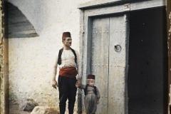 Bosnie, Konija, Types Serbes (voir le nez) qui sont Musulmans, notre guide et son petit devant une maison vert bleu