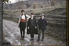 Bosnie, Višegrad, 3 Jeunes gens sur la route; les 2 à droite avec fez musulman, 3e à gauche avec chapeau Serbe