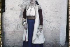 Monténégro, Cettigné, Une femme vêtue d'objets anciens (debout)