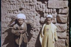 Egypte, Louksor, Deux enfants de Louksor, un musulman et un porteur d'eau Copte (costume jaune, musulman)
