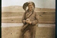 Une femme pauvre khalkha, Aux environs d'Ourga, Mongolie, juillet 1913, (Autochrome, 9 x 12 cm), Stéphane Passet, Département des Hauts-de-Seine, musée Albert-Kahn, Archives de la Planète, A 70 094 XS