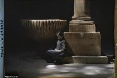 Petite fille au pied d'une vasque de la basilique San Zeno, Vérone, Italie, 16 mai 1918, (Autochrome, 9 x 12 cm), Fernand Cuville, Département des Hauts-de-Seine, musée Albert-Kahn, Archives de la Planète, A 71 243 X