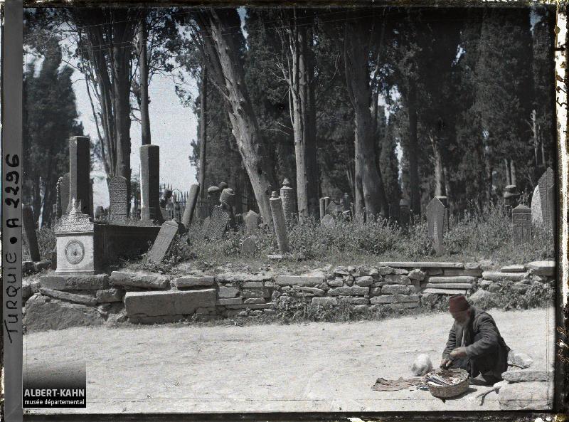 Turquie d'Asie, Scutari, Coin du Cimetière avec le bonhomme assis