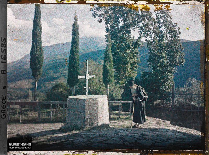 Turquie, Kariès, Moine en prières, au fond, on aperçoit le Mont Athos