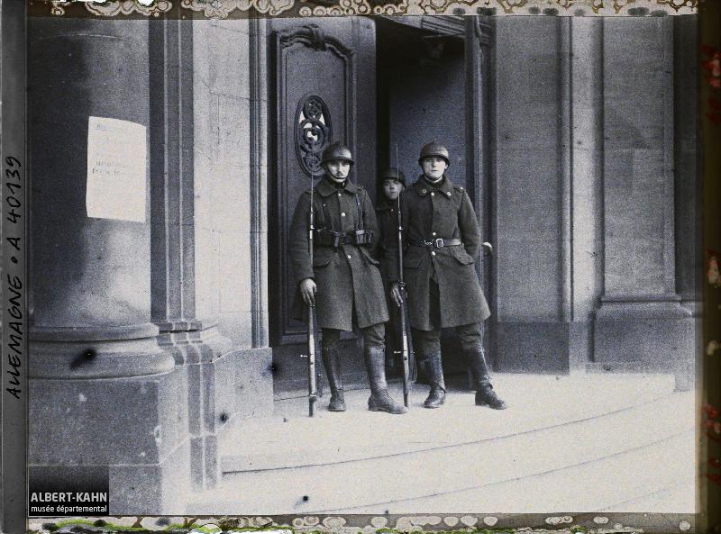 Prusse, Duisbourg, Affiche apposée s/ le Palais de Justice et Soldats Belges